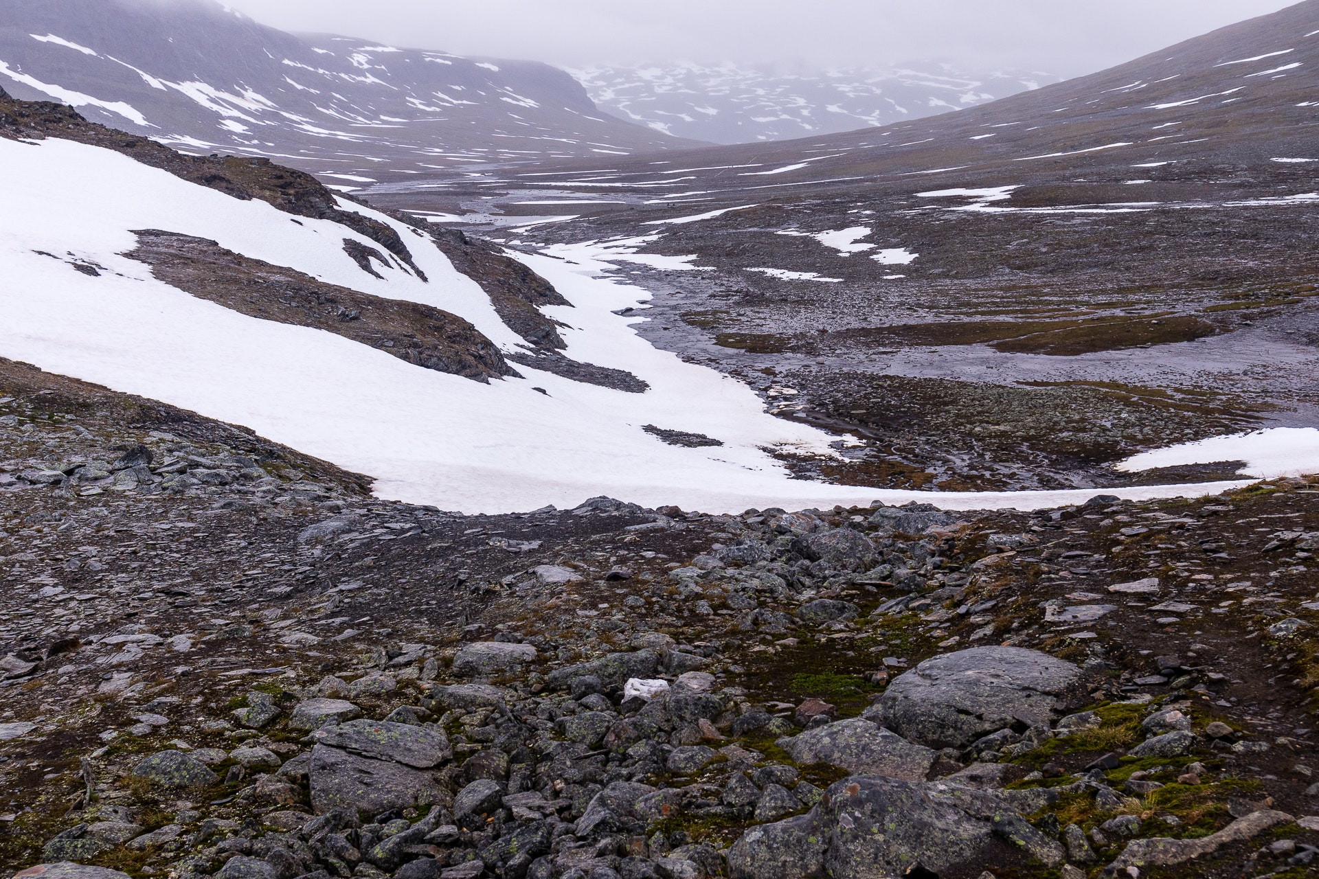 Looking back towards Tjäktastugan from the summit climb