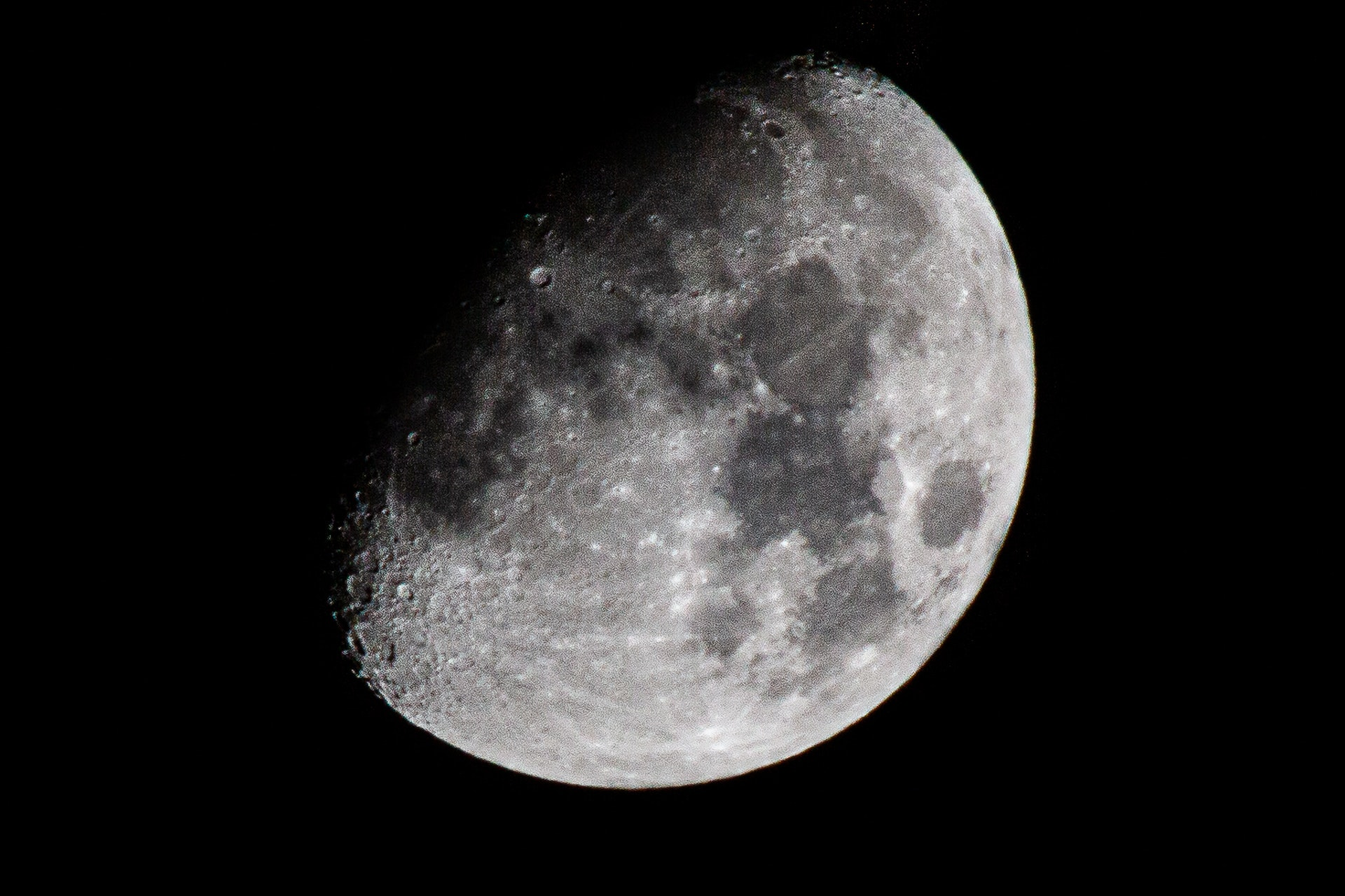 Cropped shot of the moon. f11, 1/500th, ISO 200, 400mm lens with 2x Extender