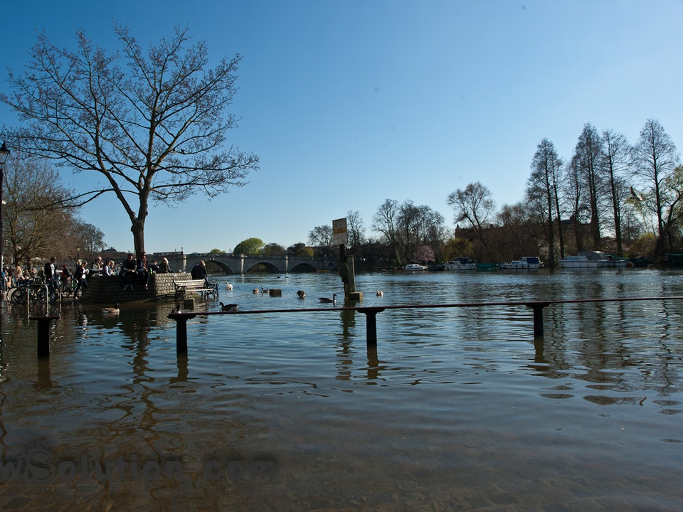 A Tog's Trek - A flooded Thames and a new bag.
