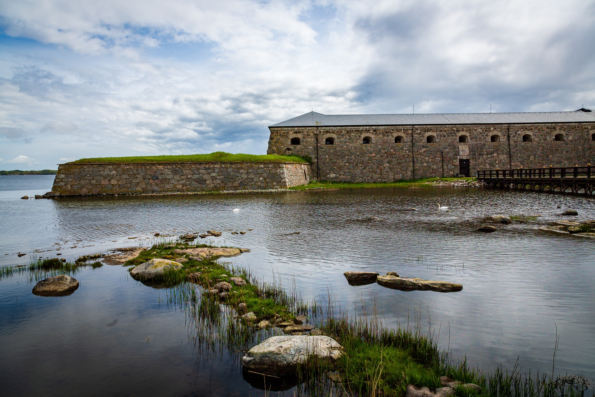 Drottningskärs kastell and moat