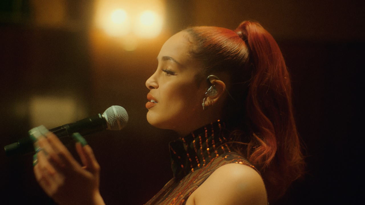 Jorja Smith - 'Home' (live for Jools Holland) -