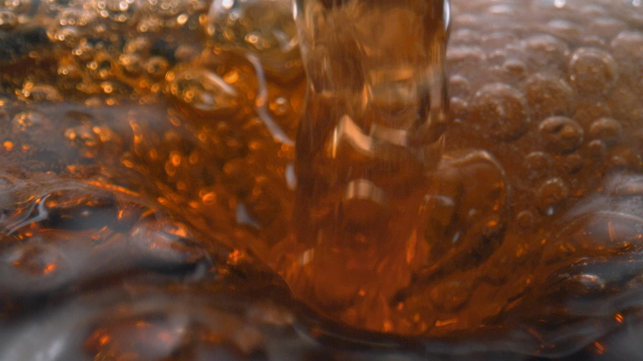 Laowa - beer pour in slow-motion