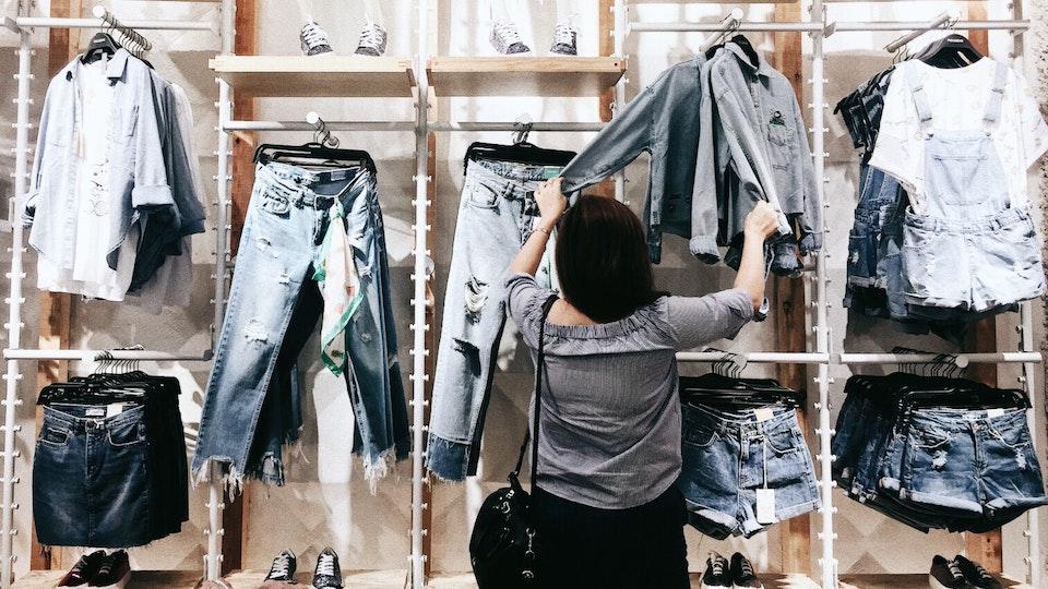 STORE DESIGN - aplicação de técnicas de visual merchandising em loja tirando partido da estrutura do equipamento, trabalhando o produto através da cor, tipologia, formato e alinhamento