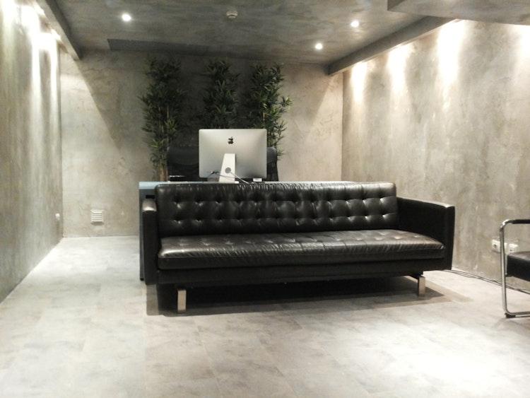 Stopline Films - Remodelação e Design de Interiores Escritório - Decoração de sala de empresa destinada à edição de imagem com parede, teto e chão remodelado para acabamento que parece cimento. Sala empresarial de estilo industrial e moderno