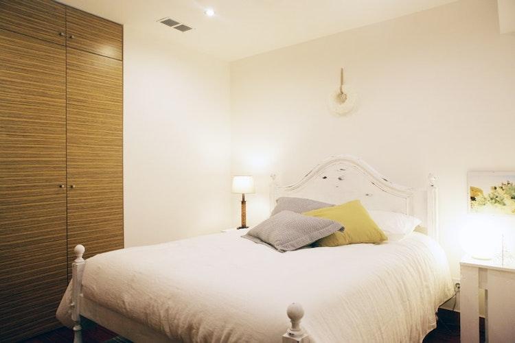 Air Bnb Praça da Alegria - Projecto e Decoração - Decoração de quarto de casal em air bnb em branco com têxteis brancos e confortáveis