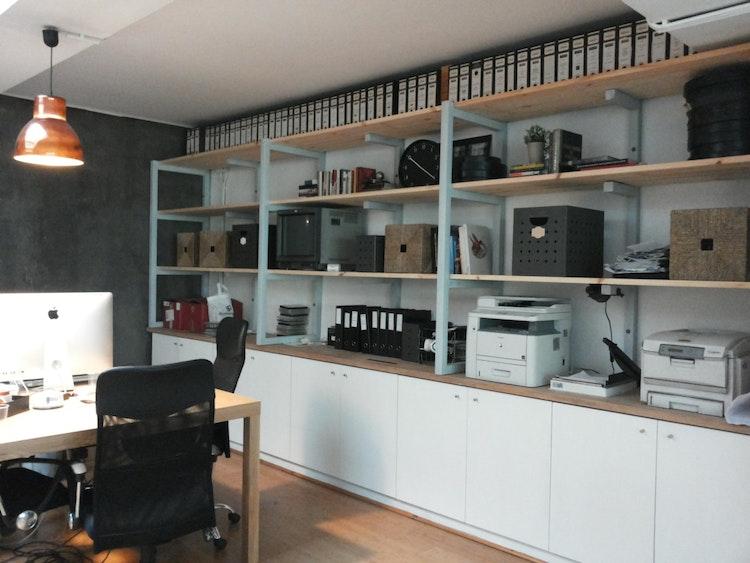 Stopline Films - Remodelação e Design de Interiores Escritório - Estante feita por medida, aproveitando a base existente fazendo obra de recuperação para escritório em Lisboa com estilo, elegante e funcional