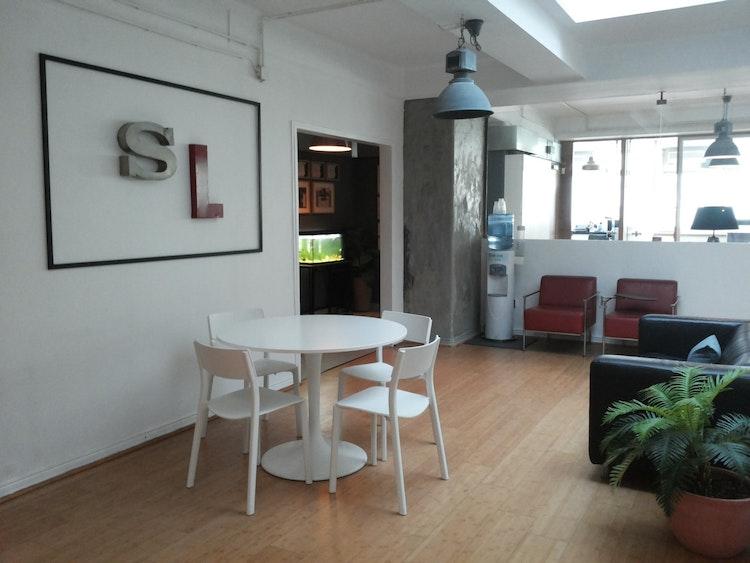Stopline Films - Remodelação e Design de Interiores Escritório - remodelação, decoração e design de interiores - espaço de escritórios com sofá e plantas
