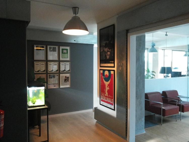 Stopline Films - Remodelação e Design de Interiores Escritório - Remodelação, decoração e design de interiores - espaço de escritórios área de passagem com estilo industrial e moderno