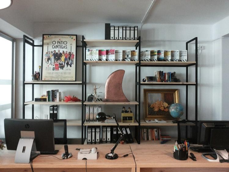 Stopline Films - Remodelação e Design de Interiores Escritório - remodelação, decoração e design de interiores de empresa e escritório de produção com estante de parede feita por medida com objectos decorativos original