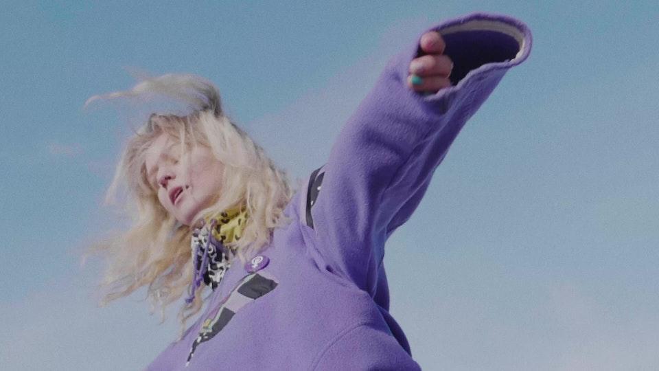 Gulla med Ulrikke Falch- store jenter gråter ikke (offisiell video)