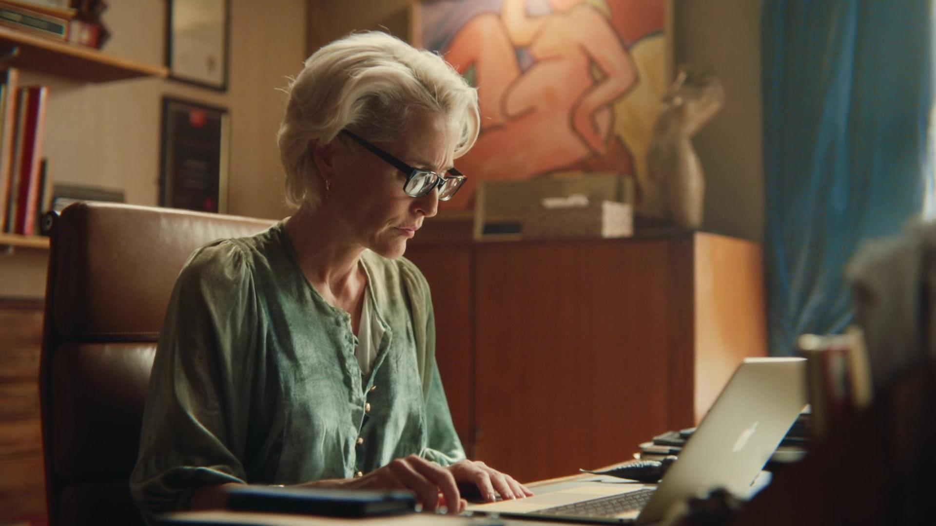 Apple-MacBook-Laptop-Used-by-Gillian-Anderson-as-Dr-Jean-F.-Milburn-in-Sex-Education-1
