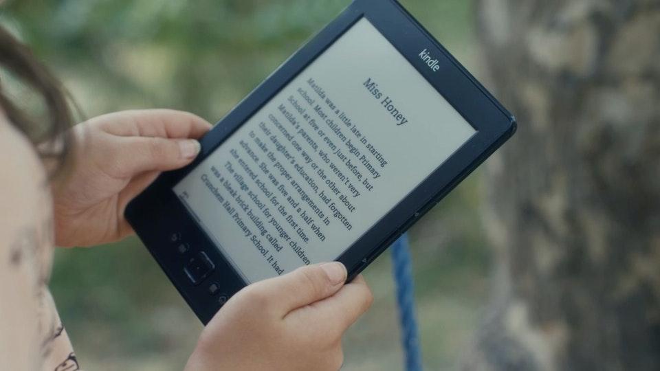 KINDLE / Reading|Dir: Amilcar Gomes / Eyeball + Mustard