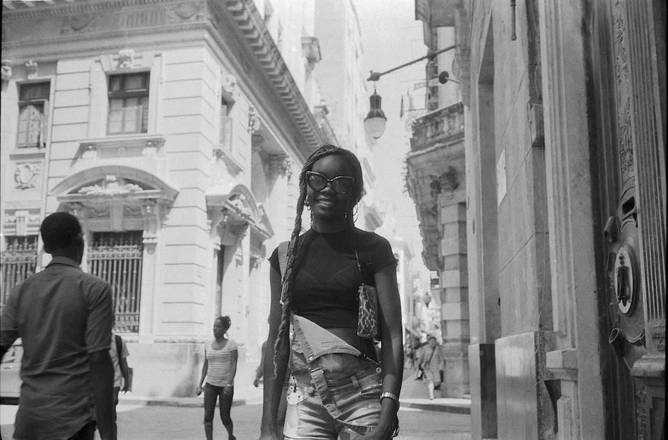 La Habana Cuba_girlWalking