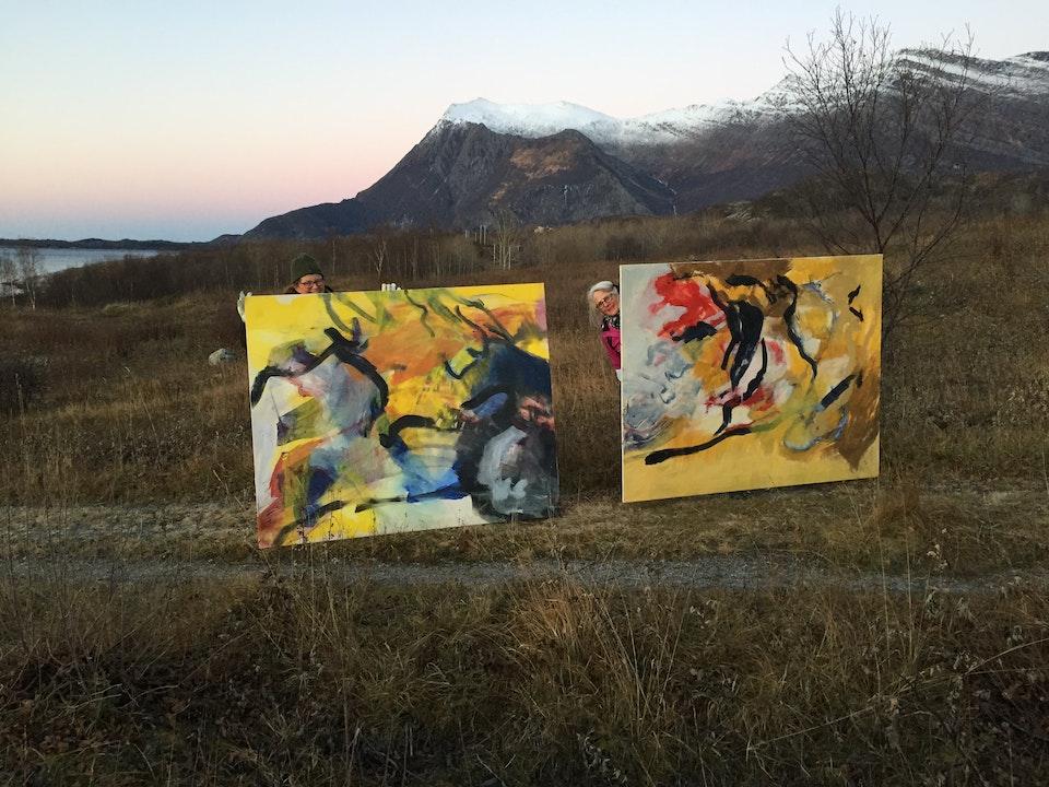 IMG_6708 - Mette og Torbjørg bærer bilder for utstilling.