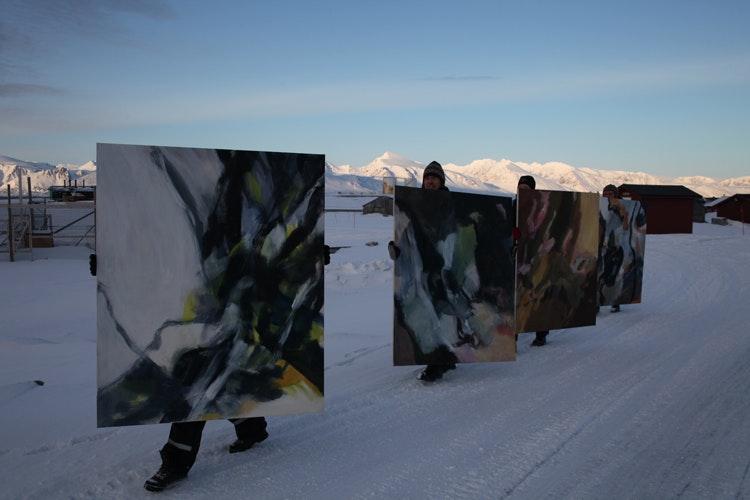 Linda2 - Fem ansatte ved Kings Bay og en isbjørnvakt hjelper meg med denne performancen. http://mushamna.blogspot.no/2012/04/kari-nordheim-performance.html