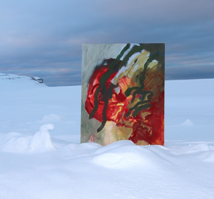 Bilde2observatoriet - Bilde 2 mot Kongsfjord Tre uker på Kunstnerhytta i Ny-Ålesund ga meg gode muigheter til å være i denne vakre voldsomme naturen - til å la meg komme på bølgelengde med denne naturens poesi.  Jeg kunne male fritt på mine store lerret - være i en god prosess. Til slutt satte jeg produktet ut i naturen - tilbake til inspirasjoneskilden.